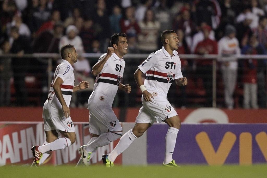 05.out.2013 - Zagueiro Antônio Carlos comemora ao abrir o placar para o São Paulo em jogo contra o Vitória, no Morumbi