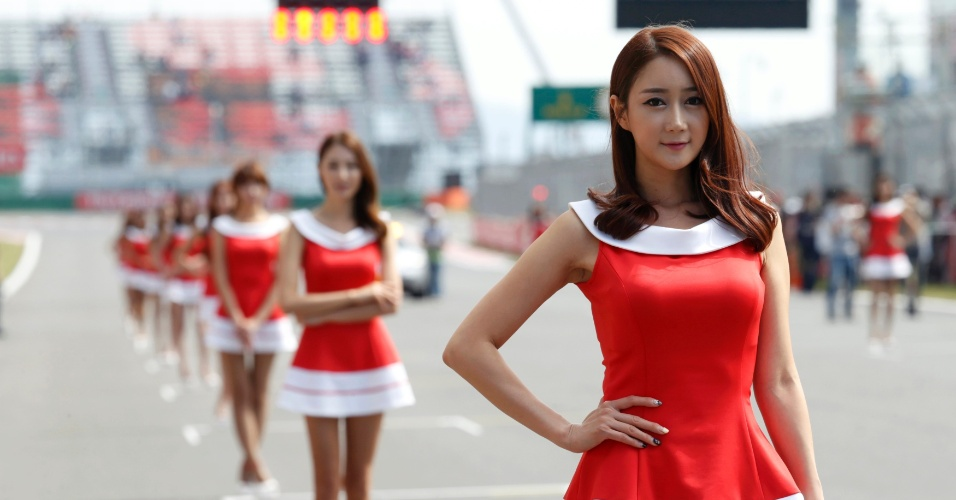 05.out.2013 - Grid girls posam antes da sessão de treinos para o GP da Coreia do Sul de Fórmula 1. Vettel larga na pole position