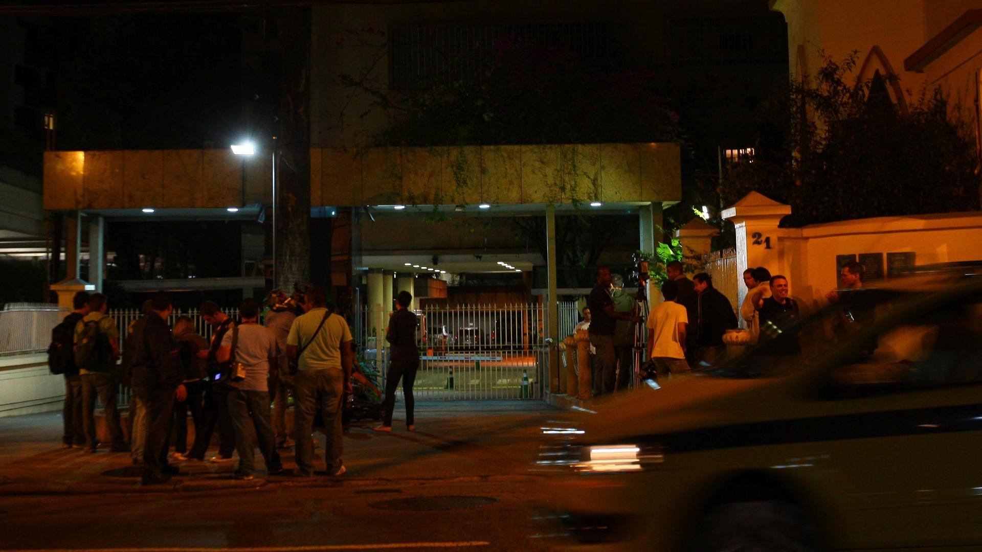 Jornalistas em frente a hospital no Humaitá, onde Oswaldo de Oliveira foi levado após se sentir mal