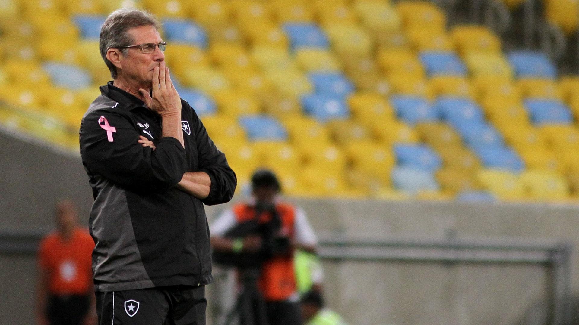 Oswaldo de Oliveira observa o time do Botafogo durante confronto com o Grêmio no Maracanã