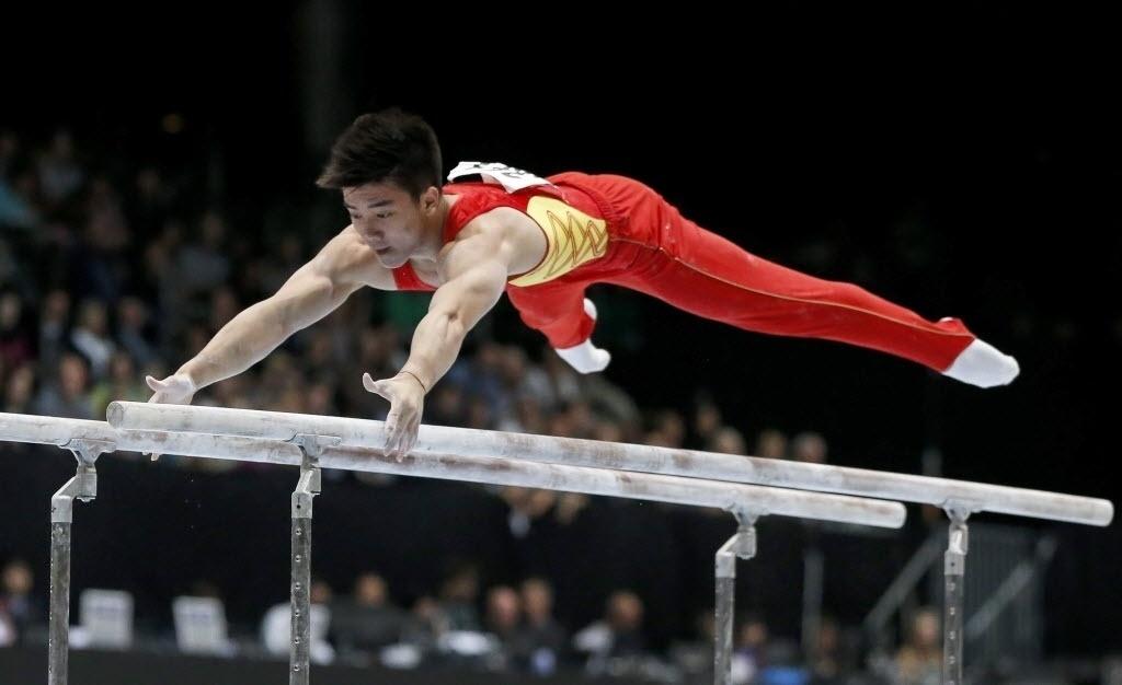 06.10.2013 - Chaopan Lin, da China, se apresenta nas barras paralelas na final do Mundial de Ginástica