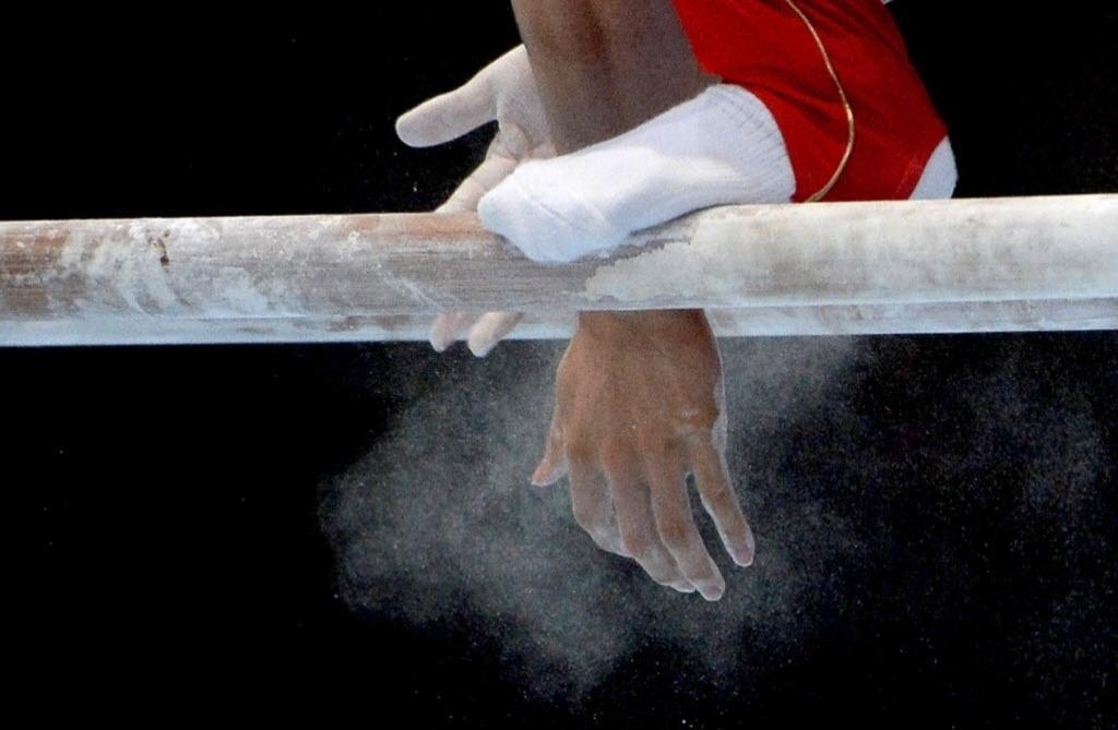 06.10.2013 - Ginasta se prepara para se apresentar na final das barras paralelas no Mundial da Antuérpia