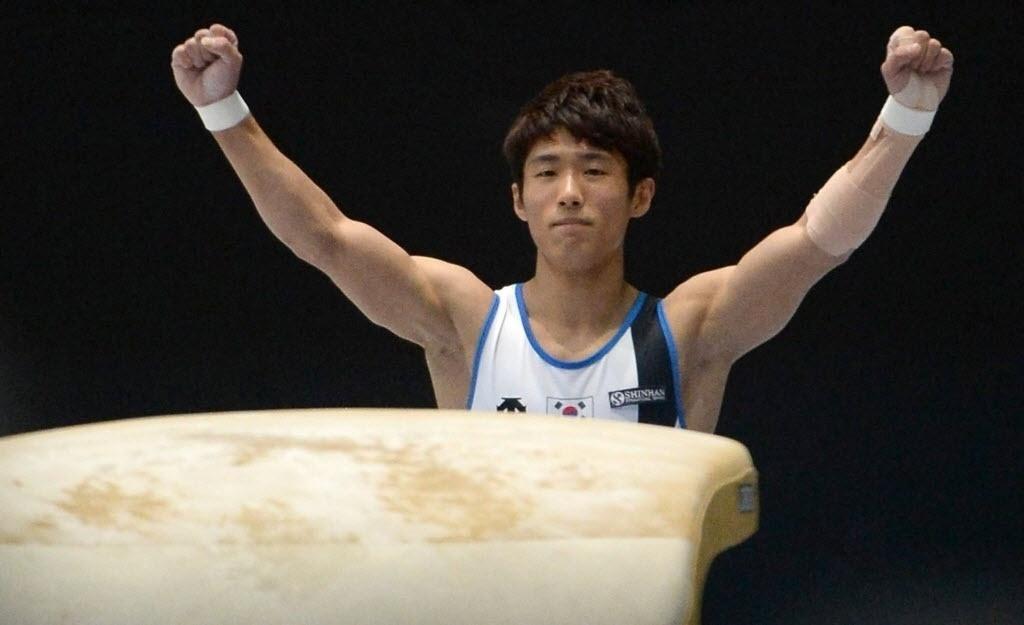 06.10.2013 - Seon Yang Hak, da Coreia do Sul, festeja boa apresentação no salto; ginasta ficou com a medalha de ouro na prova