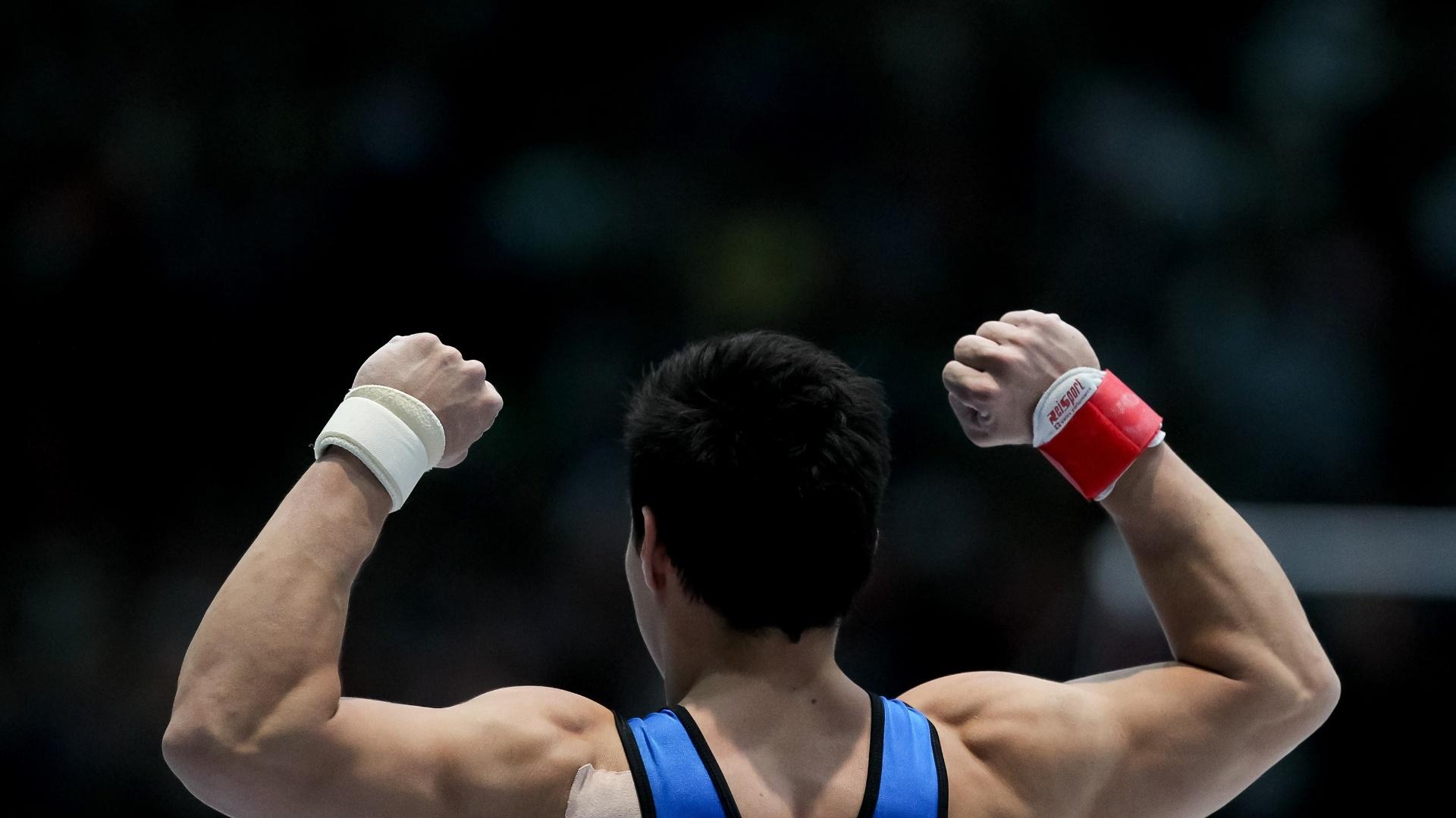 06.10.2013 - Sergio Sasaki comemora após sua apresentação na final do salto no Mundial da Antuérpia