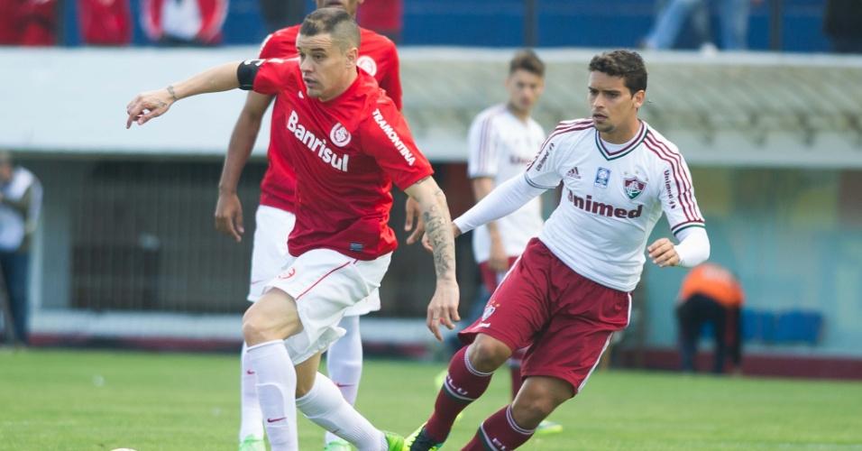 D'Alessandro tenta passar pela marcação observado por Jean em jogo Inter x Fluminense (06/10/2013)