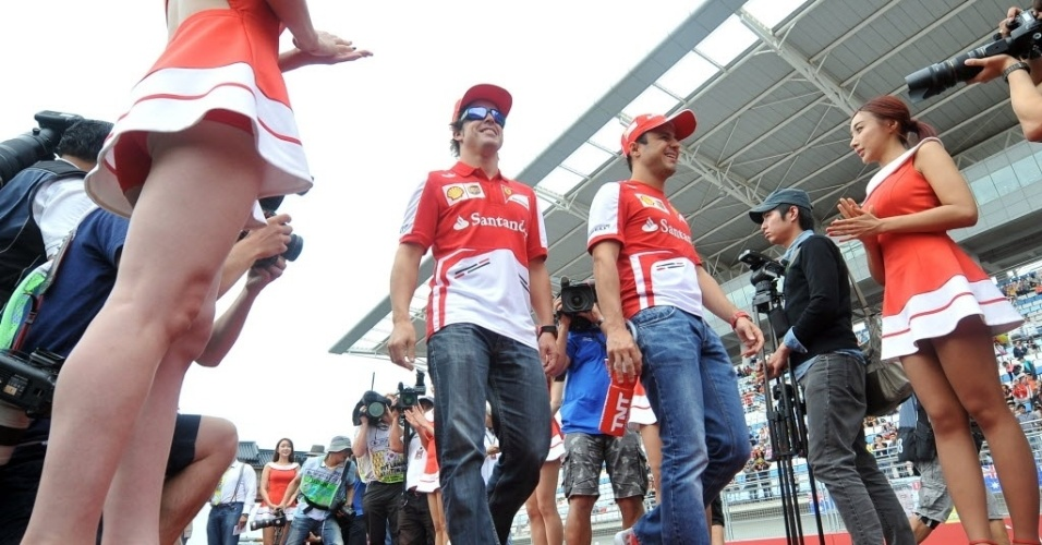 Felipe Massa e Fernando Alonso passeiam juntos pelo paddock da Coreia