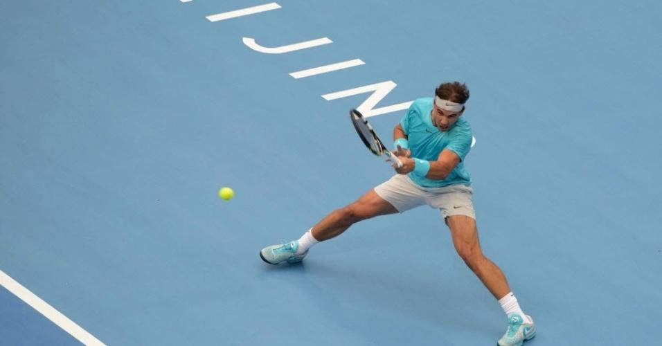 Rafael Nadal rebate bola no duelo contra Djokovic, na final do torneio de Pequim