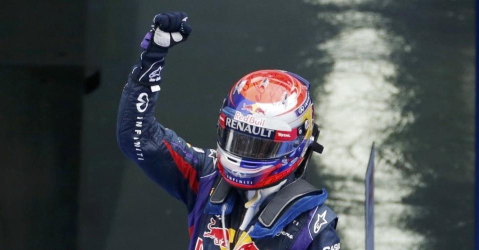 Sebastian Vettel sobe no carro e comemora a quarta vitória seguida, agora na Coreia; o resultado já faz com que ele possa conquistar o tetra no próximo GP, no Japão