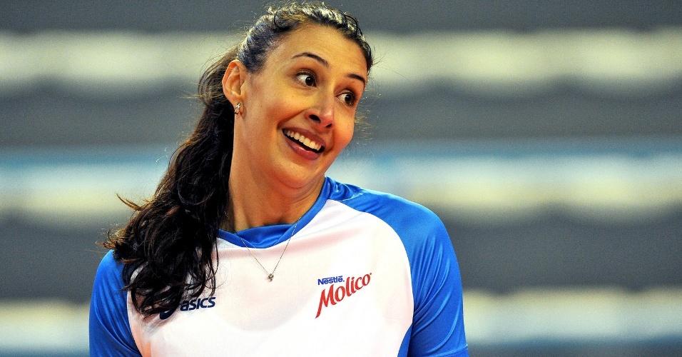 Sheilla, oposto e capitão do Molico/Osasco, sorri durante treinamento da equipe paulista