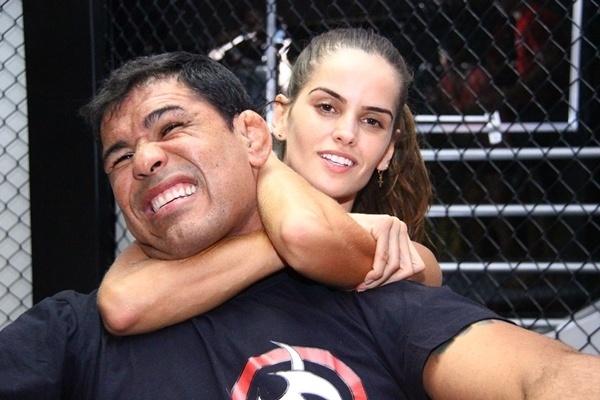 Top model Izabel Goulart aplica um mata-leão em Rodrigo Minotauro