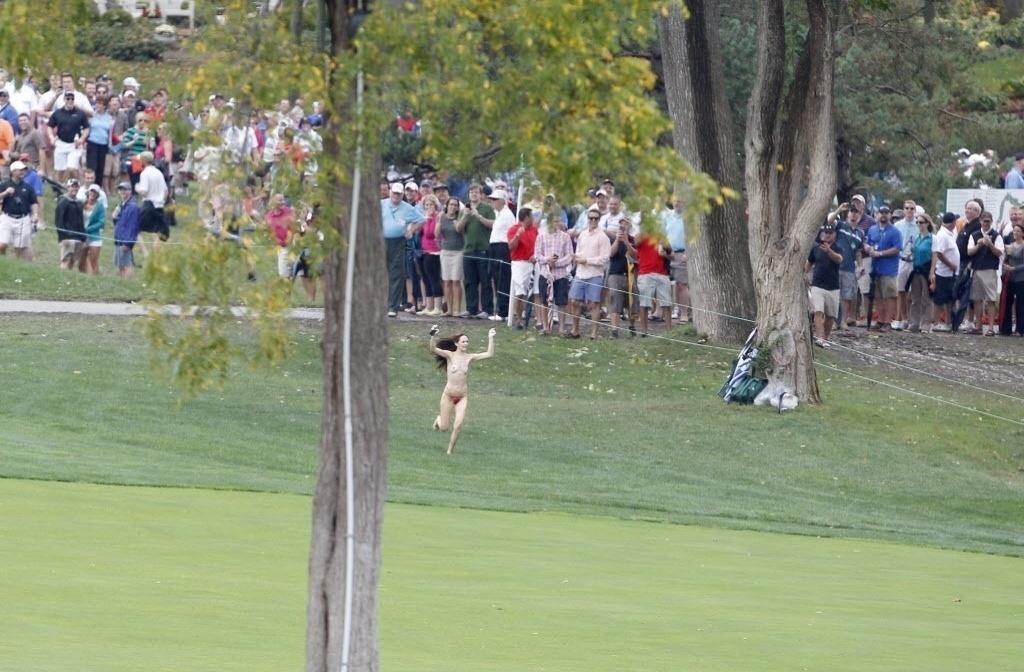 06.out.2013 - Mulher corre após invadir nua o campo da Presidents Cup de golfe, nos EUA
