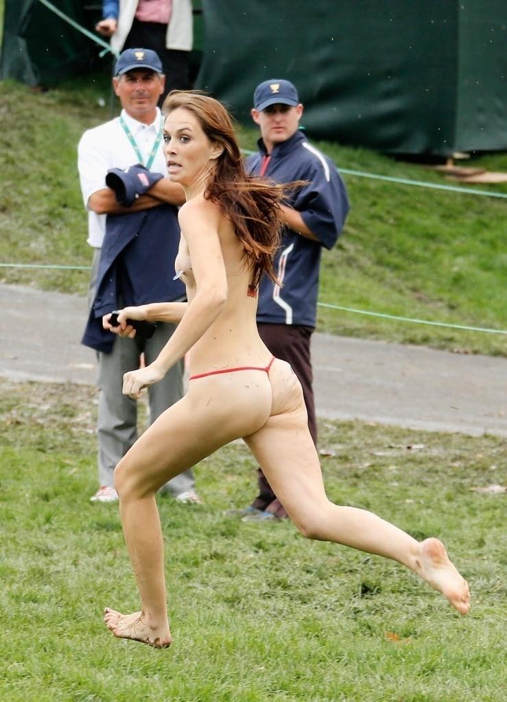 06.out.2013 - Mulher invadiu nua o campo da Presidents Cup de golfe