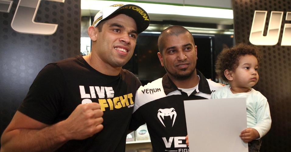 Campeão interino peso galo, Renan Barão participa de evento do UFC Barueri com fãs
