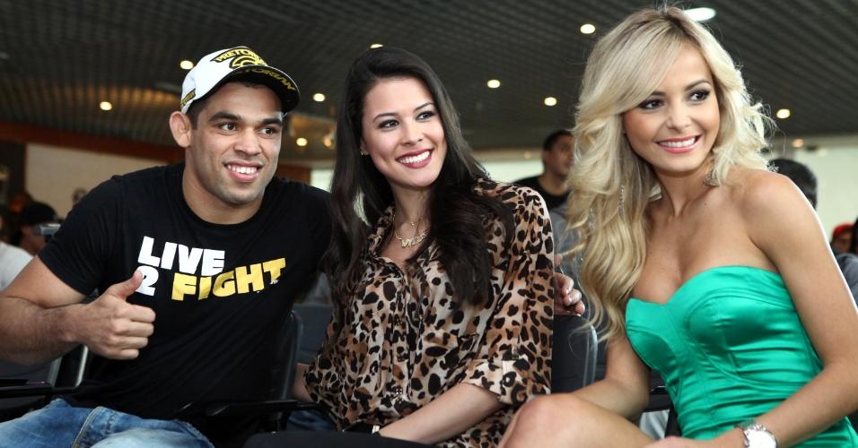 Renan Barão, Camila Oliveira e Jhenny Andrade participam de evento do UFC Barueri com fãs