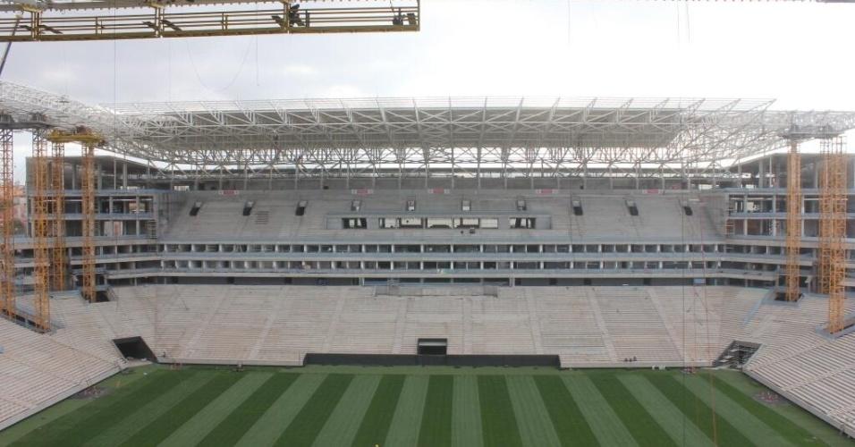 08.10.2013 - Corinthians divulga foto do Itaquerão com gramado cortado