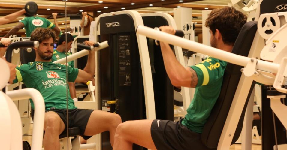 08.out.2013 - De frente à espelho, Alexandre Pato treina com a seleção brasileira em academia de hotel em Seul