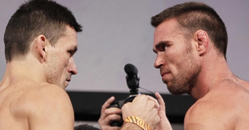 08.out.2013 - Demian Maia (esq.) e Jake Shields se encaram durante pesagem para o UFC Fight Night 29 de Barueri; luta acontece nesta quarta-feira na Arena José Corrêa