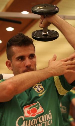 08.out.2013 - O goleiro Victor, de volta à seleção, faz treino físico em academia de Seul