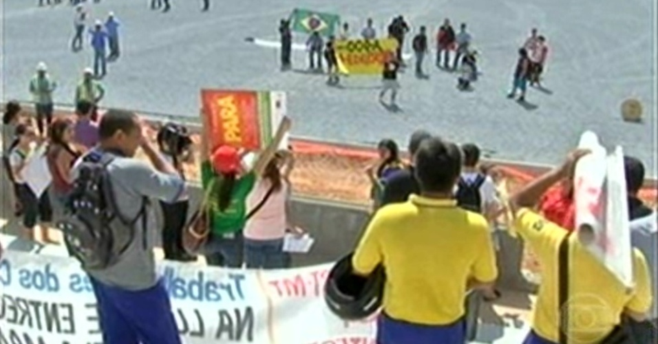 8.out.2013 - Manifestantes invadem Arena Pantanal durante visita de comitiva da Fifa