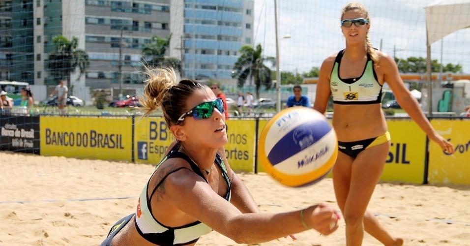 Natasha observa Mari Paraíba fazer defesa durante partida do Circuito Nacional de Vôlei de Praia