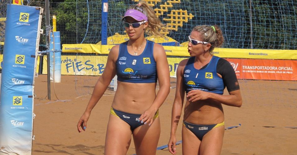Natasha Valente ao lado da antiga parceira, Bruna, durante partida no Circuito Nacional de Vôlei de Praia