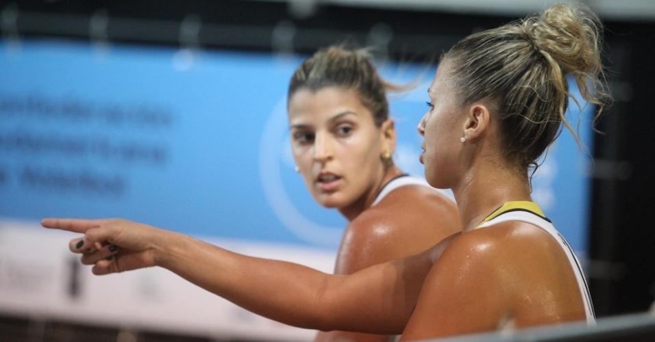 Natasha Valente e Mari Paraíba conversam durante partida da dupla no Circuito Nacional