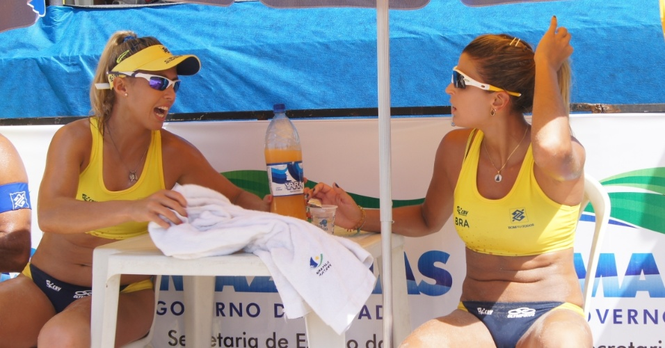 Natasha Valente e Mari Paraíba conversam em intervalo de partida da dupla no Circuito Nacional