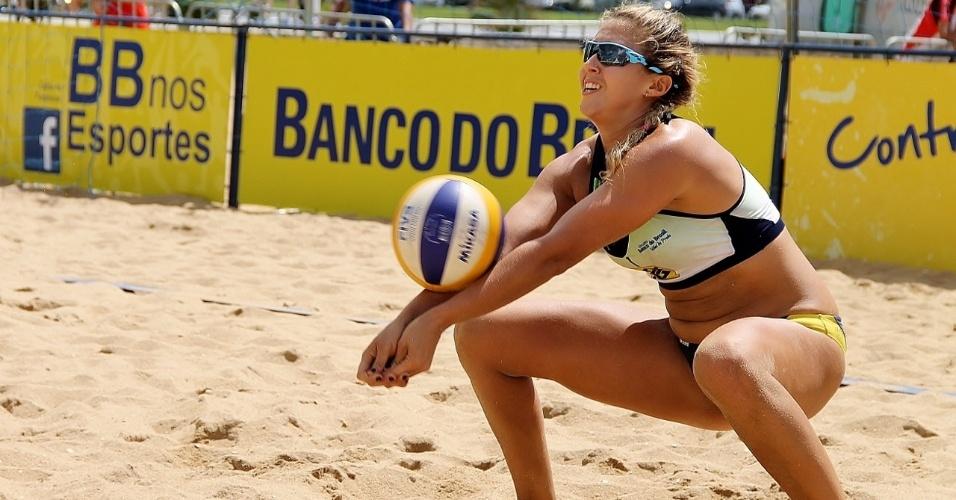 Natasha Valente, parceira de Mari Paraíba, durante partida da dupla no Circuito Nacional de Vôlei de Praia