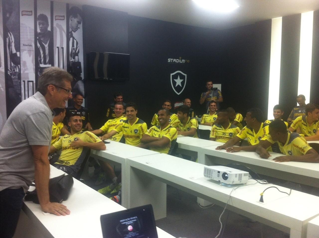 Oswaldo de Oliveira surpreendeu atletas e comissão técnica com visita surpresa no Engenhão