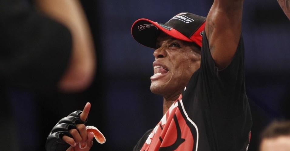 09.out.2013 - Allan Nugette comemora após vencer o americano Garett Whiteley por nocaute na primeira luta do UFC de Barueri