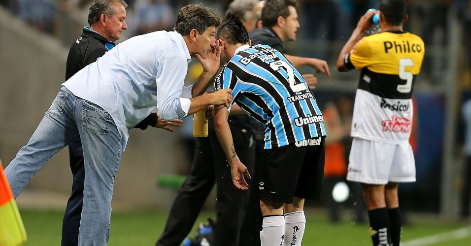 09.out.2013 - Renato Gaúcho, técnico do Grêmio, orienta o lateral Pará durante jogo contra o Criciúma pelo Brasileiro