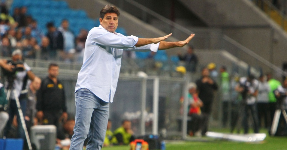 09.out.2013 - Técnico Renato Gaúcho, do Grêmio, orienta a equipe durante jogo pelo Brasileirão contra o Criciúma
