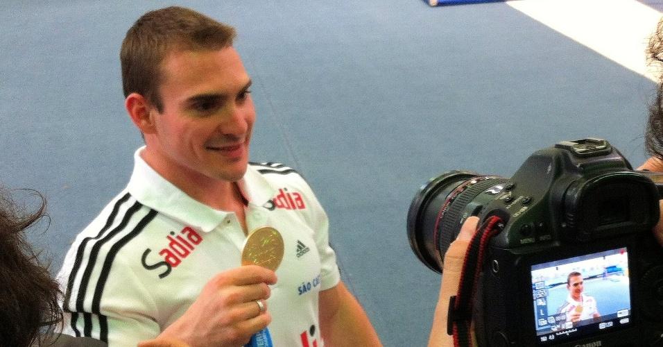 Arthur Zanetti dá entrevista um dia após chegar ao país com a medalha de ouro do Mundial