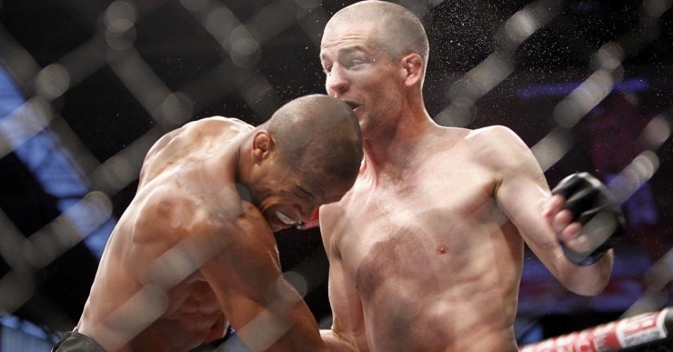 Brasileiro Allan Nugette (esq.) golpeia o americano Garett Whiteley durante luta do UFC Barueri