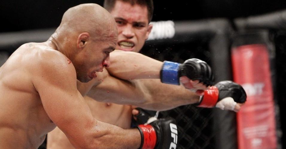 Chris Cariasso acerta belo golpe em Iliarde Santos e faz o brasileiro sangrar durante luta do UFC Barueri