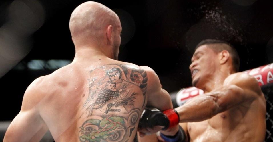 Ildemar Marajó recebe duro golpe de Igor Araújo durante luta no UFC Barueri