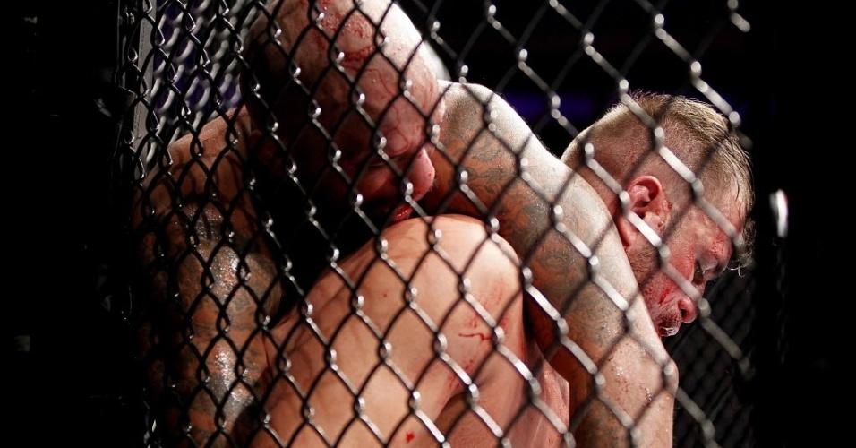 Nas grades do octógono, Fábio Maldonado e Joey Beltran duelam no UFC Barueri; brasileiro venceu após decisão dividida dos juízes