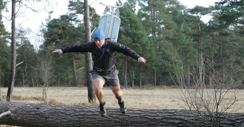 Phil Shaw, criador do Extreme Ironing, carrega tábua de passar nas costas