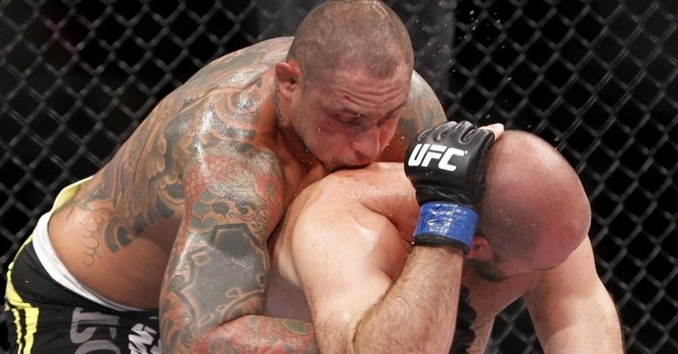 Thiago Silva, de luvas com detalhes vermelhos, luta com Matt Hamill no UFC Barueri; brasileiro venceu por decisão unânime
