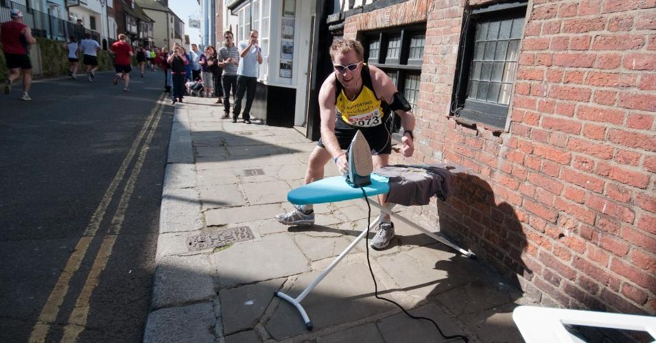 Tom McShane, o Water Tank, posa para foto durante uma maratona