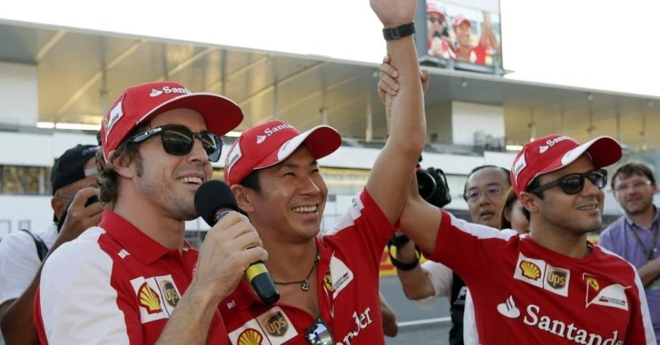 10.out.2013 - Fernando Alonso e Felipe Massa brincam com o ex-piloto de F-1 Kamui Kobayashi em Suzuka