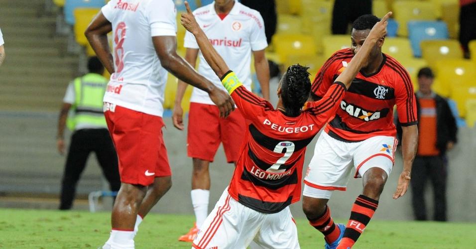 10.out.2013 - Léo Moura se ajoelha para comemorar depois de abrir o placar para o Flamengo na partida contra o Internacional pelo Brasileirão