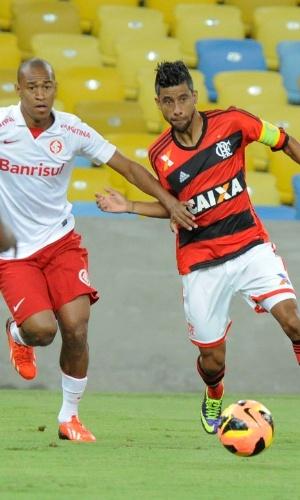 10.out.2013 - Léo Moura tenta armar a jogada para o Flamengo contra o Inter pelo Brasileirão