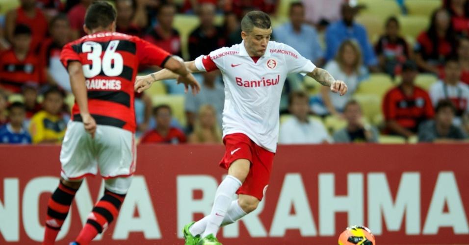 D'Alessandro e Frauches disputam a bola durante jogo Flamengo x Internacional (10/10/2013)