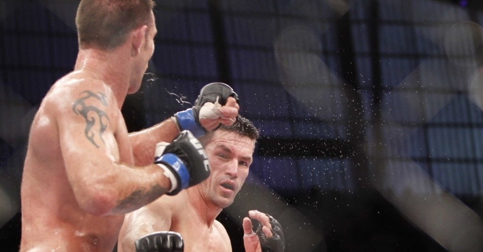 09.out.2013 - Demian Maia, de luvas com detalhes vermelhos, troca golpes com Jake Shields durante a luta principal do UFC Barueri