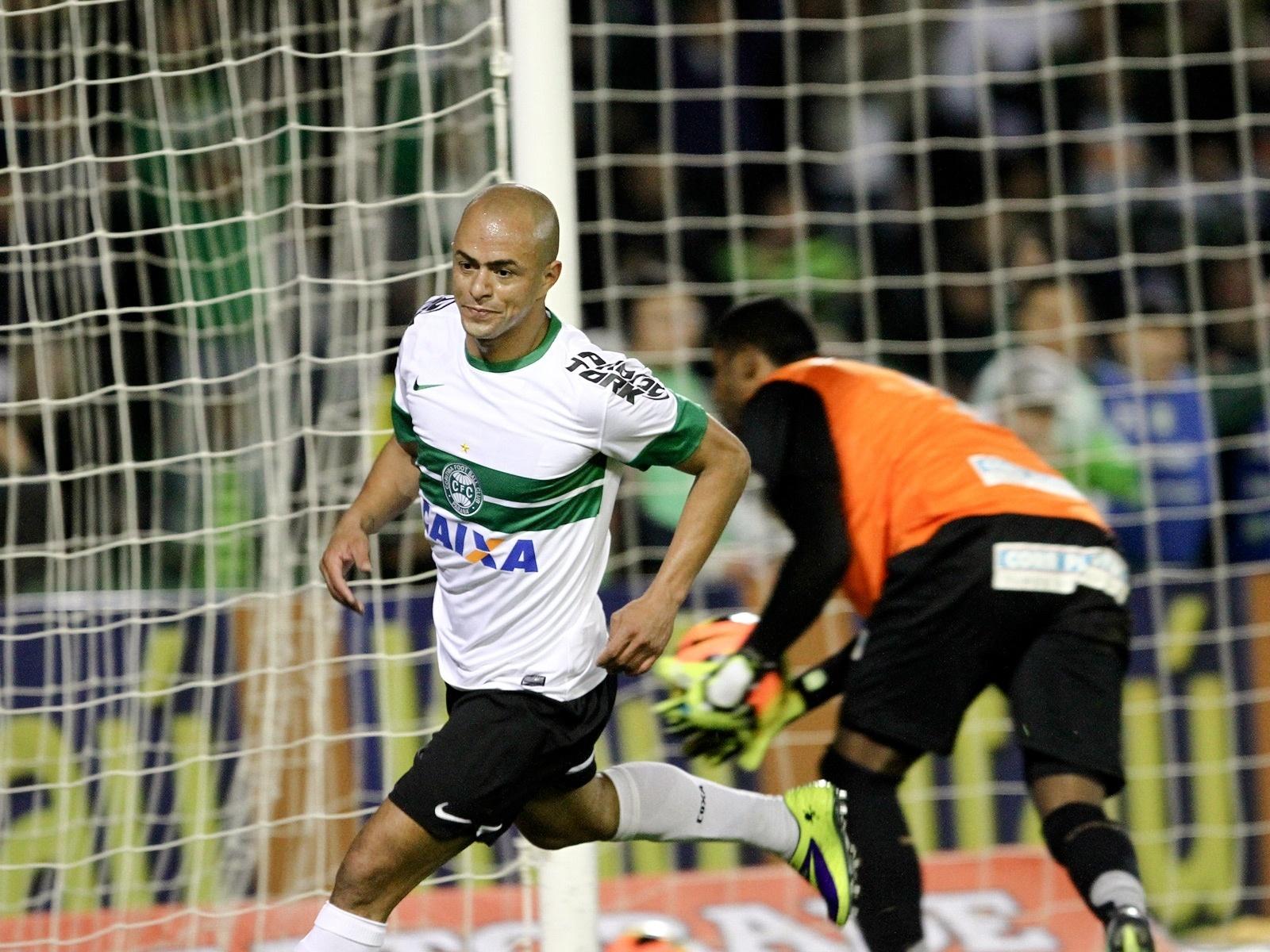 Julio César comemora seu gol na vitória do Coritiba sobre o Santos (09/10/2013)