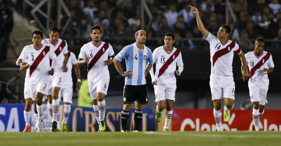 11.out.2013 - Claudio Pizarro comemora depois de abrir o placar para o Peru contra a Argentina, em partida das Eliminatórias Sul-Americanas