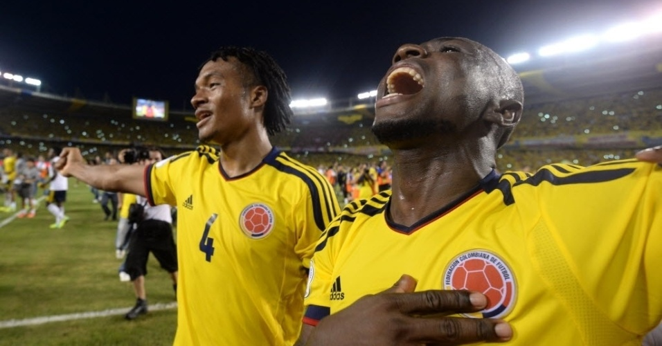 11.out.2013 - Cuadrado e Armero comemoram empate por 3 a 3 contra o Chile e também a classificação garantida para a Copa do Mundo de 2014 no Brasil
