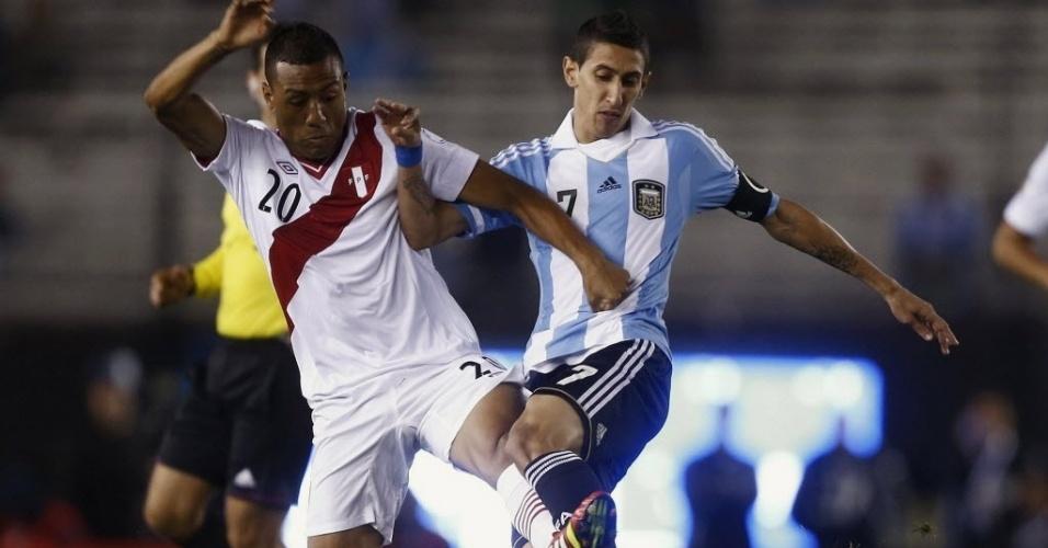 11.out.2013 - Di Maria disputa a posse da bola com Luis Ramirez durante partida entre Argentina e Peru pelas eliminatórias da Copa-2014; argentinos venceram por 3 a 1
