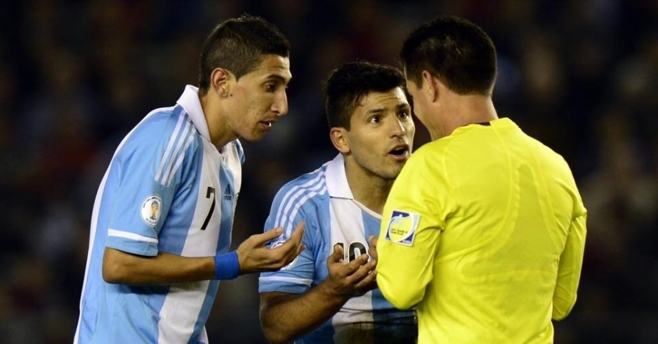 11.out.2013 - Di Maria e Sergio Agüero reclamam com o árbitro Carlos Vera Rodriguez durante partida entre Argentina e Peru pelas eliminatórias da Copa-2014; argentinos venceram por 3 a 1